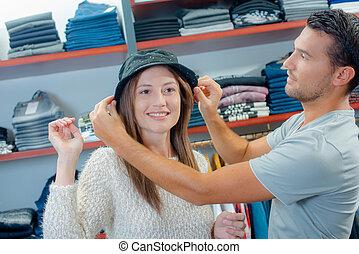 coppia, shopping, cappelli