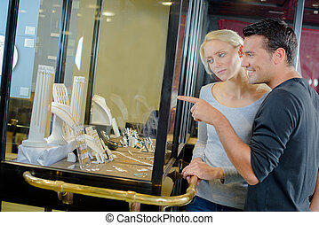 coppia, shopping, gioielleria