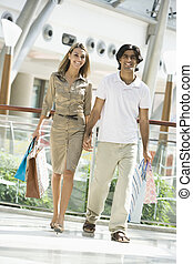 coppia, shopping, in, centro commerciale