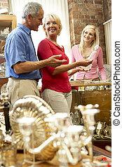 coppia, shopping, in, negozio antico
