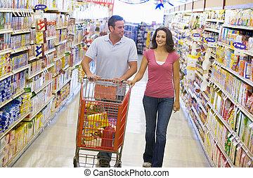 coppia, shopping, in, supermercato, corridoio