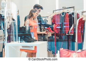 coppia, shopping, insieme, in, moda, boutique