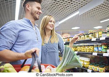 coppia, shopping, insieme, in, supermercato