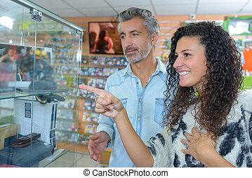 coppia, shopping, insieme, indicando, qualcosa