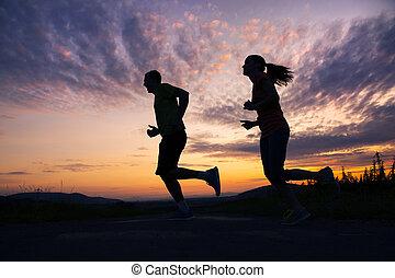 coppia, silhouette, correndo