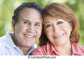 coppia, sorridente, fuori