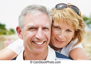 coppia, sorridente, maturo, abbracciare