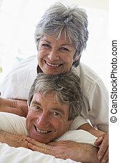 coppia, sorridente, rilassante, camera letto