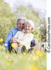 coppia, sorridente, rilassante, fuori