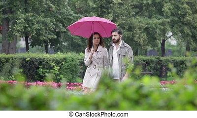 coppia, sotto, pioggia