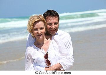 coppia, spiaggia, abbracciare