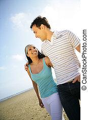 coppia, spiaggia, camminare