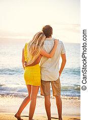 coppia, spiaggia, guardando tramonto
