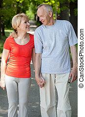 coppia sposata, camminare, attraverso, parco