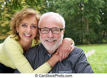 coppia, sposato, insieme, fuori, sorridere felice