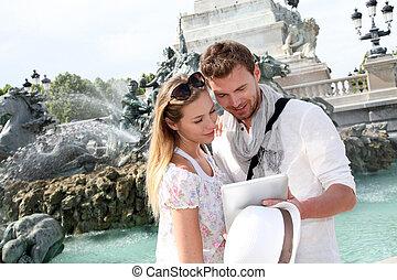 coppia, standing, vicino, il, fontana, su, il, quinconces,...