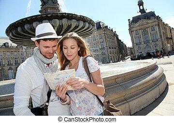 coppia, standing, vicino, uno, fontana, in, bordeaux, con,...