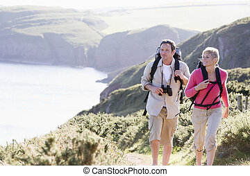 coppia, su, cliffside, fuori, camminare, e, sorridente