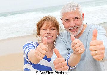 coppia, su, pollici, anziano, spiaggia, felice