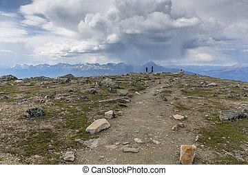 coppia, su, uno, montagna, traccia, segno, scia, -, jasper parco nazionale