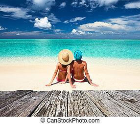 coppia, su, uno, spiaggia, a, maldive