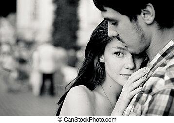 coppia, teneramente, giovane, folla, abbracciare