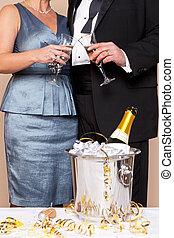coppia, toccante, occhiali, per, uno, pane tostato champagne