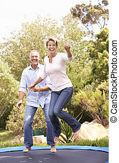 coppia, trampolino, giardino, saltare