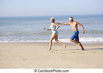 coppie maggiori, correndo, su, spiaggia