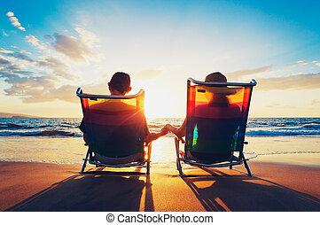 coppie maggiori, di, vecchio, e, donna sedendo, spiaggia, osservare, tramonto