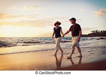 coppie maggiori, godere, tramonto, spiaggia