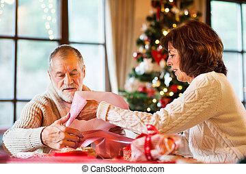 coppie maggiori, in, maglioni, involucro, regali natale,...