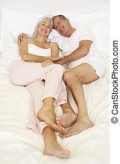 coppie maggiori, rilassante, letto