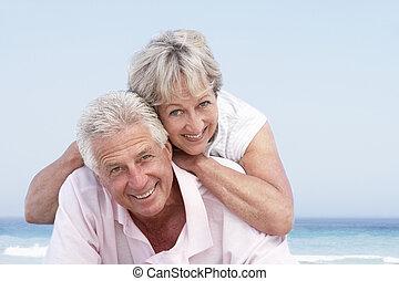 coppie maggiori, rilassante, su, festa spiaggia