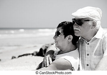 coppie maggiori, sedendo spiaggia