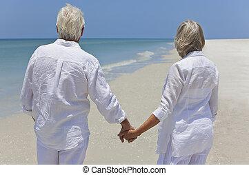 coppie maggiori, tenere mani, &, dall'aspetto, a, mare, su, spiaggia