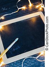 copyspace, bois, tableau noir, bureau, entouré, lumières, ajouter, brosse, texte, fée, ton