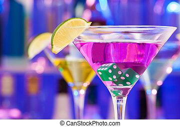 coquetel, bebida, com, dados, e, lima, em, a, vidro