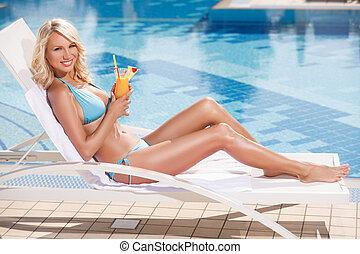 coquetel, beleza, convés, mentindo, jovem, cocktail., biquíni, dela, atraente, segurando, cadeira, mão, piscina, mulheres