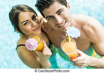 coquetel, retrato pares, bebendo, sorrindo, piscina