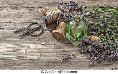 cor óleo alfazema, com, flores frescas, e, tesouras, ligado, madeira, fundo