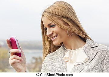 cor-de-rosa, andar, mulher, jovem, telefone pilha