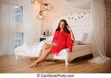 cor-de-rosa, assento mulher, grávida, negligee, cama, ...