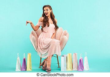 cor-de-rosa, azul, 20s, shopping mulher, sacolas, coloridos, sentando, lotes, poltrona, sobre, após, isolado, fundo, foto, encantador, vestido