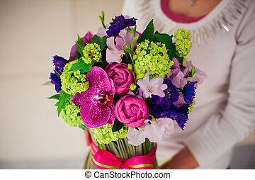 cor-de-rosa, buquet, verde, segurando, menina, flores