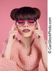 cor-de-rosa, coração, penteado, moda, estúdio, beleza, sobre, maquilagem, matte, sunglasses., adolescente, experiência., lábios, morena, posar, retrato, menina, modelo