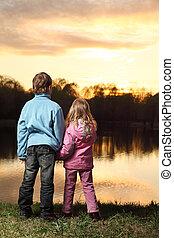 cor-de-rosa, menino, pequeno, azul, costas, ficar, casaco, admirar, pôr do sol, menina, banco rio, roupas