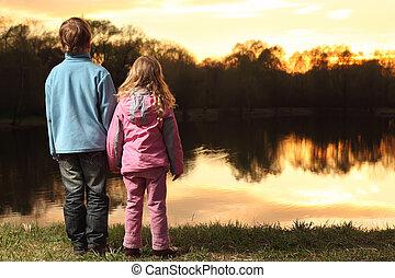 cor-de-rosa, menino, pequeno, azul, costas, ficar, casaco, admirar, pôr do sol, segurar passa, menina, banco rio, roupas