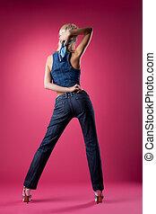 cor-de-rosa, mulher, calças brim, posar, loura, excitado
