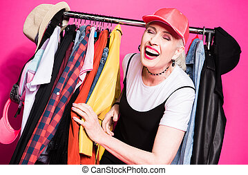 cor-de-rosa, mulher, isolado, rir, escolher, elegante, sênior, feliz, roupas